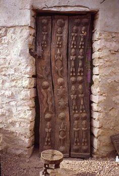 Мастерство резьбы по дереву распространено у всех народов Тропической Африки. Помимо всем известных и хорошо узнаваемых скульптур, внимание этнографов и коллекционеров привлекают африканские резные двери, которую выполняют ритуальную, защитную, эстетическую, социально-статусную, историческую и даже повествовательно-поучительную функцию. Защитные двери в зернохранилищах, народ Догон, Мали:…