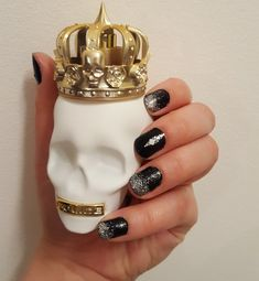 New Years nailart and New Years perfume. Sparkly nails!