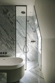 Marble bathroom with seat in the shower #bathroom #hellopeagreenspots #interiordesign #marble