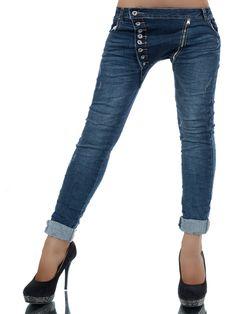 COSMA ein Mode-Blockbuster! Die absolut geniale Boyfriend-Jeans fasziniert durch ihren krassen schräg geknöpften Schlitz, den Reißverschluss daneben und die lässigen seitlichen Eingrifftaschen. Die Back-Pokets sind angedeutet. Durch die...