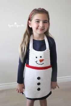 Crochet Snowman Apron - Repeat Crafter Me Kids crochet Christmas apron - free crochet pattern Crochet Toddler, Crochet For Kids, Crochet Baby, Crochet Eyes, Crochet Circles, Crochet Gratis, Free Crochet, Bernat Super Value Yarn, Apron Pattern Free