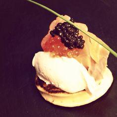 Blinis con queso fresco, salmon ahumado y caviar de