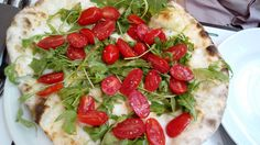 Take note, this is what tomatoes should look like! The rocket & tomato pizza from Emma in Rome. Rome Italy, Vegetable Pizza, Tomatoes, Note, Cooking, Kitchen, Brewing, Cuisine, Cook