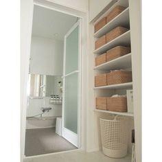 無印良品のアイテムの醍醐味と言えば「シンプル」。そして定番アイテムが豊富なので、必要な時に買い足せることも魅力です。長く使えてすっきり見える。無印良品がある素敵なインテリア実例をご紹介いたします。 Washroom Design, Laundry In Bathroom, Muji Home, Bathroom Remodel Master, Studio Interior, Bathroom Storage, Shelf Design, Bathroom Design, Minimalist Home