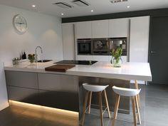 Onder de lades van het eiland van de keuken is plintverlichting gemonteerd. Beautiful Kitchen Designs, Beautiful Kitchens, Luxury Kitchen Design, Shabby Chic, Kitchen Cabinets, Contemporary, Table, Furniture, Wells