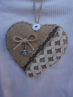 burlap and cloth sachet Burlap Projects, Burlap Crafts, Felt Christmas Ornaments, Burlap Ornaments, Alpillera Ideas, Valentine Crafts, Valentines, Fabric Hearts, Lavender Bags