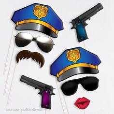 """""""On joue pour de vrai à la Police!""""Bluffants et plus vrais que nature!2 pistolets + 2 paires de lunettes de soleil + 2 casquettes de Policier + Une Moustache à la """"Magnum"""" + Une Bouche PulpeuseIdéal anniversaire, en un tour de main vous avez votre animation!Souvenirs inoubliables et fous rires garantis!"""