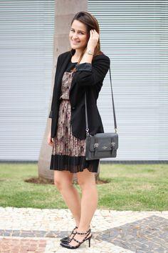 vestido-marrom-estampa-cavalos-blazer-preto-sapato-valentino-inspired-drops-das-dez-1