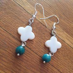 Boucles d'oreilles trèfles de nacre et perles à facette turquoise 6mm   http://www.alittlemarket.com/boutique/maps_creation-2284207.html