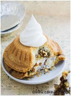 Learn how to make easy pecan pie sandwiches. Flip two mini pies on top of one another with some whipped cream. Pecan Desserts, Chocolate Pie Recipes, Chocolate Pies, Easy Pie Recipes, Baking Recipes, Sweets Recipes, Best Pecan Praline Recipe, Summer Dessert Recipes, Delicious Desserts
