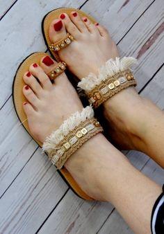 Χειροποίητα σανδάλια από γνήσιο δέρμα στολισμένα με λινάτσα, κρόσσια και στρασιέρα. http://handmadecollectionqueens.com/Χειροποιητα-σανδαλια-με-λινατσα-και-κροσσια #handmade #fashion #women #sandals #summer #footwear #storiesforqueens