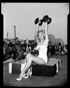 Miss Muscle Beach of 1954 - hardly looks like women body builders today! Bodybuilder, Weight Lifting, Weight Training, Fitness Noir, Retro Fitness, Luis Gonzaga, Fitness Tips, Fitness Models, Female Fitness