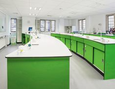Creating a functional school science lab can be a challenge. Here, we look at the pros and cons of three laboratory layouts to find out which features make for a successful school science lab. Pop Design, Design Lab, Sketch Design, Design Concepts, Classroom Layout, Classroom Design, Science Room, Science Labs, D Lab