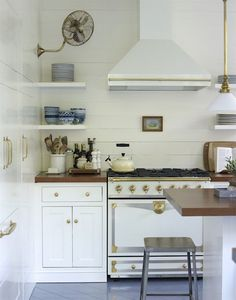 Gorgeous modern white and brass kitchen decor Brass Kitchen, Cozy Kitchen, Kitchen Dining, Kitchen Decor, Kitchen Fan, Kitchen White, Kitchen Ideas, Country Kitchen, Ceiling Fan In Kitchen