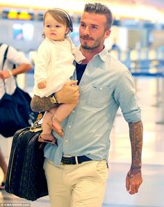 Beckham and his baby girl. David Beckham + tattoos + rolled-up sleeves + cute baby = speechless. Moda David Beckham, Estilo David Beckham, Vic Beckham, David Beckham Style, Harper Beckham, David Beckham Haircut, Beckham Soccer, Mode Masculine, Mens Fashion Blog