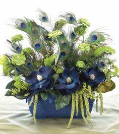 idée déco pour mariage : composition florale avec plumes de paon