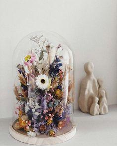 gedroogde bloemen glazen stolp Flower Bar, Flower Boxes, Flowers In Jars, Dried Flowers, Reception Decorations, Christmas Decorations, Diy Fleur, Dried Flower Arrangements, Diy Upcycling
