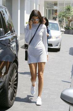 """Son dönemin yükselen yıldızı Kendall Jenner. 93 doğumlu model Jenner-Kardashian klanından geliyor ve ailesden farklı olarak kariyerine supermodellikte devam ediyor. Kariyerinin başlarında Karl Lagerfeld ile çalışarak Chanel defilesinde boy göstermişti. Şuaralar tüm modacıların listelerinin başında geliyor. Kendall Jenner'ın sokak stili hem ilham kaynağı hemde """"zahmetsiz şık"""". Kendisinin ( ve tüm ailenin ) Apple ile yaptığı çalışmadan sonra Kendall Jenner Official App adında uygu..."""