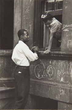 Helen Levitt - Greeting at the Window, 1940.