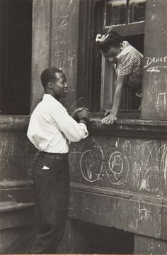 Helen Levitt - Greeting at the Window, 1940.