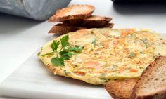 Receta de Karlos Arguiñano de tortilla vegetal de zanahorias, cebolleta, pimiento verde y calabacín, acompañada de pan tostado en el horno con ajo.  #tortilla #calabacín