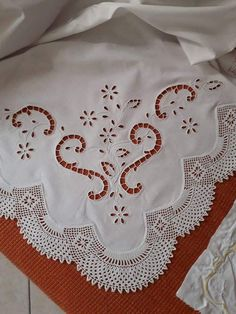 Hand Embroidery Patterns Flowers, Cutwork Embroidery, White Embroidery, Linen Towels, Point Lace, Crochet Borders, Cut Work, Diy Crochet, Tatting