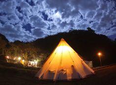 """日本・Nishiizu, Kamo District,のテント。 船でしか行けない一日一組限定の プライベートキャンプ場です。 目の前は穏やかで透き通った海が広がるプライベートビーチ、 周囲を山に囲まれ、都心からわずか3時間半の西伊豆に位置しながら 格別な非日常を味わえる場です。 「大切な仲間と連なって楽しむ場所」 この「連なって」の「連」という言葉から """"REN VILLAGE""""と名づけました。 大自然に囲まれた完全なプライベート空間で 仲間とさらに繋がりあえる そんな原体験をきっと与えてくれます。 宿泊スタイルはキャンプです..."""