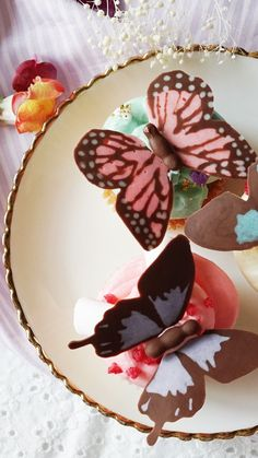 Typically we avoid insects on our food, but we'll make an exception for colorful chocolate butterflies. Typically we avoid insects on our food, but we'll make an exception for colorful chocolate butterflies. Cake Decorating Videos, Cake Decorating Techniques, Cookie Decorating, Mini Cakes, Cupcake Cakes, Cupcake Recipes, Dessert Recipes, Bbq Desserts, French Desserts