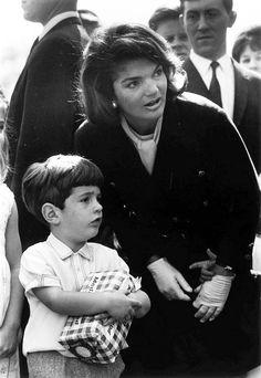 Jackie Kennedy and her son, John F Kennedy Jr. Jackie Kennedy, Les Kennedy, Jaqueline Kennedy, Carolyn Bessette Kennedy, Jackie Jackie, John John, Lee Radziwill, Familia Kennedy, John Junior