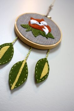 Embroidery Hoop Art Wall Dream Catchers 24 Ideas For 2019 Embroidery Hoop Crafts, Christmas Embroidery Patterns, Embroidery Fabric, Hand Embroidery Designs, Hoop Dreams, Felt Christmas Ornaments, Felt Crafts, Mobiles, Arts And Crafts