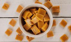 Hjemmelagde karameller lager du enkelt med kun fem ingredienser, 7,5 minutter og en mikrobølgeovn. Om du vil ha de seige eller harde, styrer du selv!