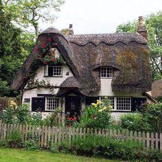 ᴾᵁᴸᴸᴵᴺᴳ ᴰᴼᵂᴺ ˢᵀᴬᴿˢ ᴶᵁˢᵀ ᵀᴼ ᴹᴬᴷᴱ ᵁ ᴳᴸᴼᵂ Cottage In The Woods, Cozy Cottage, Cottage Homes, Fairytale Cottage, Storybook Cottage, Storybook Homes, Stommel Haus, Cute House, My Dream Home