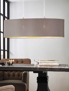 Die Pendelleuchte von Eglo ist ein echter Blickfang über dem Esstisch: Der ovale Textilschirm in dekorativen Cappuccino- und Goldfarben ist zeitlos schön und setzt ein absolut geschmackvolles Highlight im Esszimmer.
