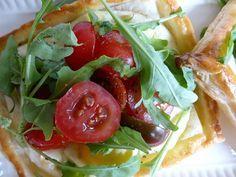 bladerdeeg-taartjes-tomaten-ricotta uit Jamie Magazine | Heerlijk als lunch – maar ook als voorgerecht, hapje bij de borrel of als snelle maaltijd met soep een Italiaans smaakbommetje!