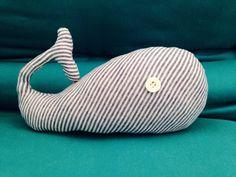Baleia de pano, feita a partir de um body que não servia mais no bebê!