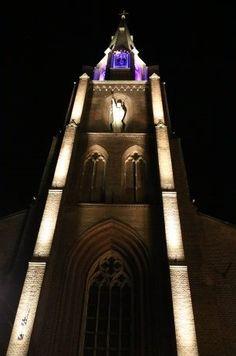 Kerk in Helmond aangelicht met de Blockleds van Led-e-Lux. Wij maken LED verlichting op maat. Empire State Building, Travel, Lush, Viajes, Destinations, Traveling, Trips