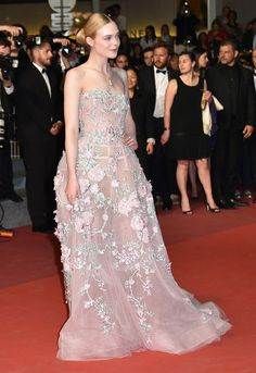 "US actress Elle Fanning poses as she arrives on May 20, 2016 for the screening of the film ""The Neon Demon"" at the 69th Cannes Film Festival in Cannes, southern France. / AFP / ALBERTO PIZZOLI"