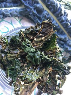 Hoy tenia ganas de picotear y me he preparado unas 🔸CHIPS DE COL KALE🔸    Para saber hacerlas te dejo el link aquí: www.saborconcolor.com/single-post/2017/05/22/KALE-la-reina-de-los-vegetales  #colkale #lacinatokale #xipskale #chipskale #healthyrecipes #appetizer #organicfood #saborcncolor