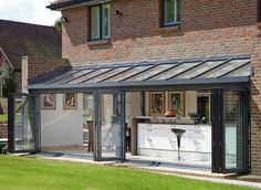 Pergola Connected To House Guest House Shed, House With Porch, Bungalow Extensions, House Extensions, Patio Screen Enclosure, Greenhouse Kitchen, Outdoor Garden Rooms, Summer House Interiors, Glass Porch