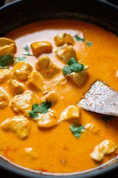 OMG! Einfaches Chicken-Curry mit Kokosmilch ist das perfekte Feierabend-Rezept! Nur 8 Zutaten und in 30 Minuten auf dem Tisch! - Kochkarussell.com #curry #chicken #thaifood #rezept