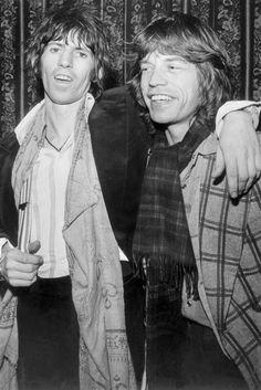 3-Le 12 janvier 1977, Mick Jagger et Keith Richards posent après avoir été de nouveau condamnés pour possession de drogue. Crédit photo AFP-AFP (radio-canada.ca)