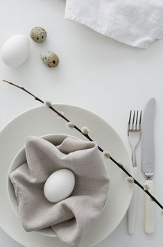 Very simple and modern Easter table setting idea Easter Lunch, Easter Party, Easter Dinner, Easter Eggs, Easter Table Settings, Easter Table Decorations, Decoration Table, Easter Decor, Spring Decoration