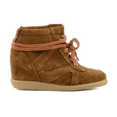 Wedge sneakers zijn helemaal hip! Deze cognackleurige schoen is uitgevoerd in suéde. - Wedge sneakers are totally hot this season!