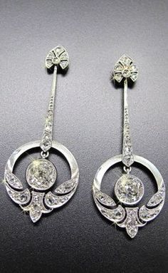 A PAIR OF EXTRAORDINARY ART DÉCO DIAMOND EARRINGS CIRCA 1920, PLATINUM
