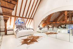 chambre mansardée avec un plafond à la française en bois