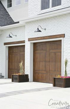 2019 UV Parade of Homes Recap Part 2 : Painted brick exterior with wood tone garage doors. See our recap of beautiful homes from the 2019 UV Parade of Homes for fresh design ideas and home building inspiration. Garage Door Trim, Garage Door Styles, Wood Garage Doors, Garage Door Makeover, Garage Door Design, Garage Paint, Garage Cabinets, Exterior Trim, Exterior Doors