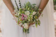 Brautstrauß mit Rosen und Wildblumen Brautstrauß aus Pfingstrosen #wedding #wildflowers #boho #weddingbouquet