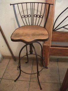 Com encosto em ferro. Esta banqueta vc. pode regular a altura do assento. Pode usá-la como cadeira, mais baixa, ou como banqueta, mais alta. Em ferro com assento de madeira. Como banqueta é perfeita para o balcão da cozinha americana. Perfeita ...