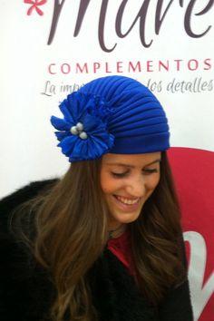 Turbante azul klein con flor de seda al tono