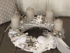 edler Adventskranz   ★ Silent Night ★   Der weiße Rattankranz mit weißen Kerzentellern wurde mit 4 ganz helltaupefarbenen Kerzen bestückt, welche mit einem silberfarbenen Band locker umschlungen...